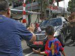 warga-mencoba-mendekati-kenderaan-presiden-joko-widodo_20161229_115002.jpg