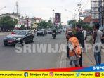 warga-palembang-melihat-iringan-mobil-presiden-jokowi_20180713_104318.jpg