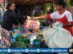 warga-saat-bertransaksi-jual-beli-di-pasar-tradisional-desa-tanding.jpg