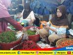 warga-sedang-membeli-cabai-merah-di-pasar-palimo-palembang-selasa-1192018_20180911_161707.jpg