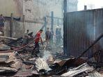 warga-setempat-bersama-petugas-pemadam-kebakaran-bpbd-empat-lawang-memadamkan-api.jpg