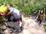 wisatawan-mendaki-bebatuan-untuk-ke-air-terjun.jpg