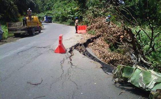 Jalan Lintas Muaraenim-Palembang Longsor - longsor1.jpg