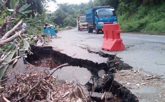 Jalan Lintas Muaraenim-Palembang Longsor - longsor2.jpg