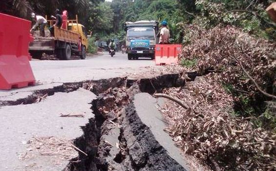 Jalan Lintas Muaraenim-Palembang Longsor - longsor3.jpg