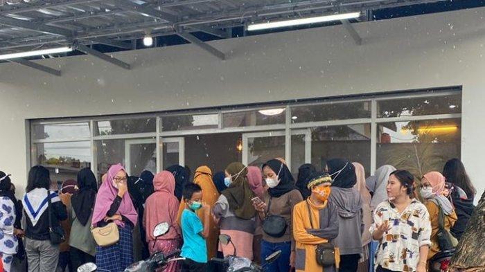 Pengunjung memadati Bellfa Shop di Jl Maleo, Kelurahan Lasoani, Kecamatan Mantikulore, Kota Palu, Sulawesi Tengah, Rabu (5/5/2021).