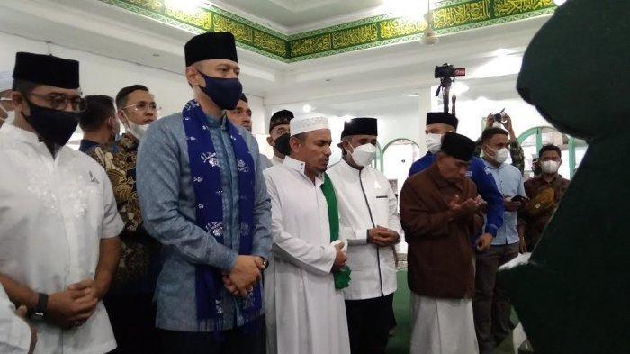AHY beserta rombongan langsung menuju Makam Guru Tua Al-Habib Idrus bin Salim Al-Jufri di Masjid Alkhairaat di Jl Sis Aljufri, Kelurahan Kamonji, Kecamatan Palu Barat Kota Palu.