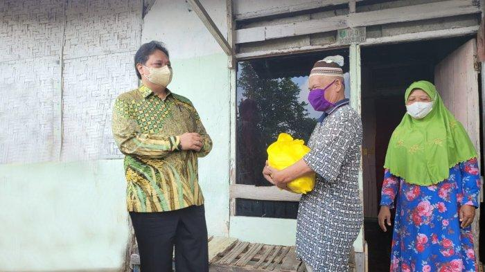 Menteri Koordinator Bidang Perekonomian Airlangga Hartarto mengunjungi Desa Negara Ratu, yang terletak di Kecamatan Natar, Kabupaten Lampung Selatan, Jumat (13/8). Desa tersebut terbukti cukup baik dalam menangani kasus Covid