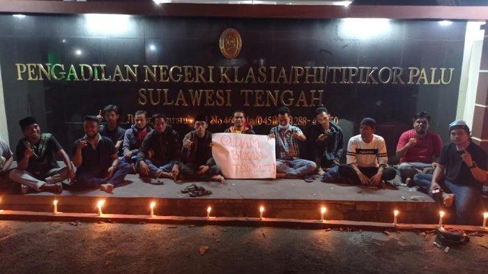 Jelang Putusan Kasus Qidam, Warga Bakar Lilin di Depan Pengadilan Negeri Palu