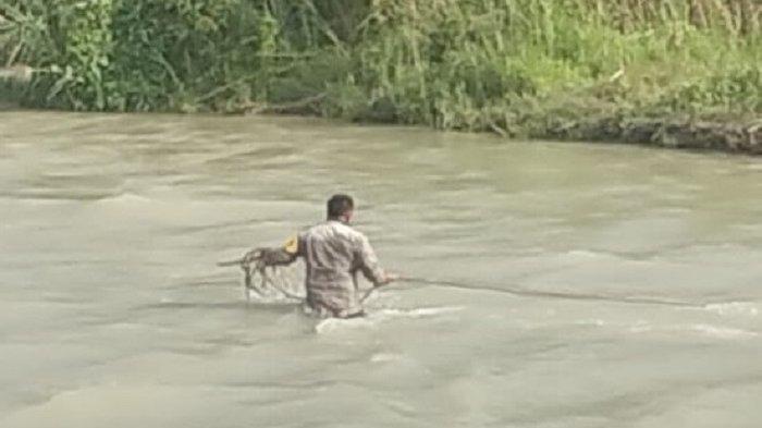 Aksi heroik bhabinkamtibmas rela turun ke sungai penghubung Desa Malino dan Desa Ongulara Kecamatan Banawa Selatan, Kabupaten Donggala Sulawesi Tengah untuk memperbaiki rakit agar warganya bisa pergi ke sekolah, Jumat (9/4/2021).