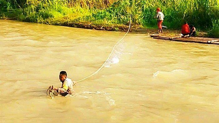 Akses Terputus Warga Desa Malino Tak Bisa Pergi Sekolah, Bhabinkamtibmas Ini Lakukan Aksi Heroik
