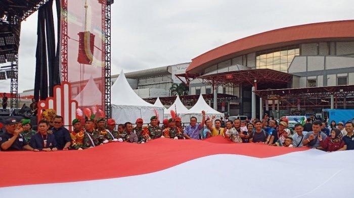 Bendera Merah Putih Berukuran Raksasa Warnai Suasana Akhir Pekan di IIMS 2019