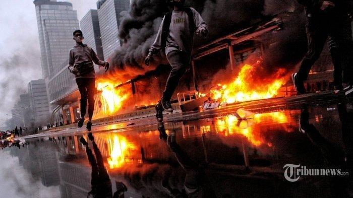 Narasi TV Bongkar Pelaku Pembakar Halte Sarinah saat Demo Tolak Omnibus Law, Wajahnya Terlihat Jelas