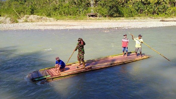 Aktivitas warga di Kecamatan Lobu, Kabupaten Banggai menyebrang sungai pakai rakit, Jumat (30/4/2021).