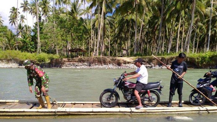 Jembatan Putus di Banggai, Ratusan Warga Lobu Bertaruh Nyawa Nyebrang Sungai PakaiRakit