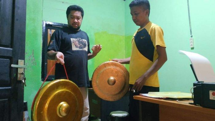 Alat musik yang dibunyikan di atas menara Dengu-dengu Jl Pepakulia, Kelurahan Matano, Kecamatan Bungku Tengah, Sulawesi Tengah.