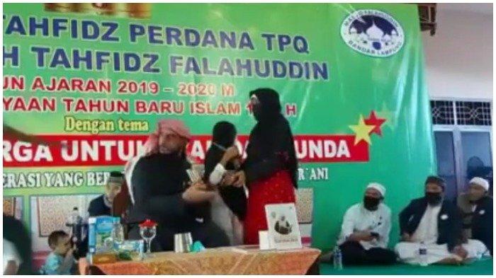 Tangkapan layar video saat Syekh Ali Jaber ditusuk orang tak dikenal di Bandar Lampung, Minggu (13/9/2020).