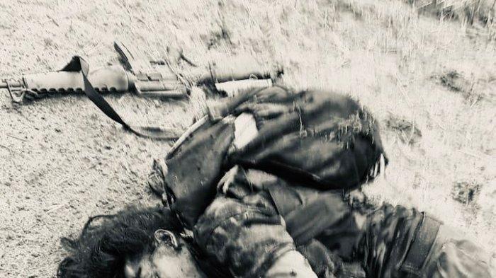 Beredar foto sesosok mayat beramput panjang dengan tak ransel di punggungnya tergeletak di jalan. Informasi diperoleh TribunPalu.com, Sabtu (18/9/2021), pria itu adalah panglima Teroris Poso di Pegunungan Poso, Sulawesi Tengah, Ali Kalora.