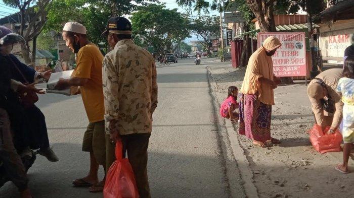 Ramadan ke-18, Alumni SMAN Negeri 4 Palu Bagi-bagi Nasi Kotak di Jl Sis Aljufri