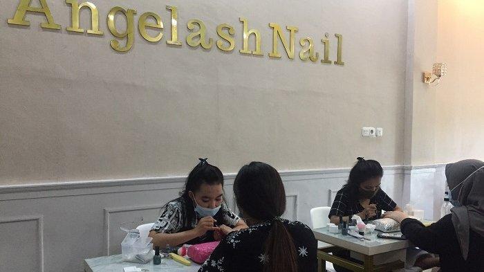 Angelashbrow Beauty Center and Academy melayani treatment untuk mempercantik kuku dengan beragam warna dan design yang awet. Tersedia kutek halal bisa dipake sholat.