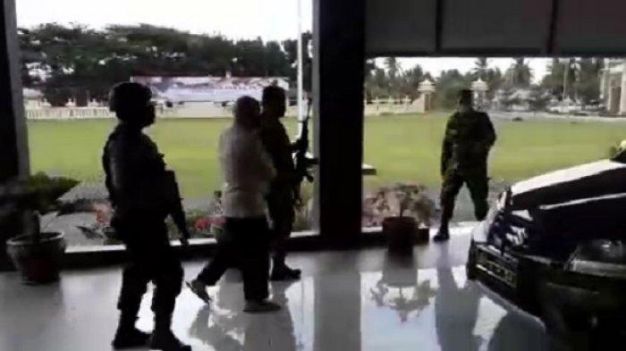 TNI Bawa Laras Panjang Menembak-nembak di Polres Banggai, Polisi Berhamburan Keluar