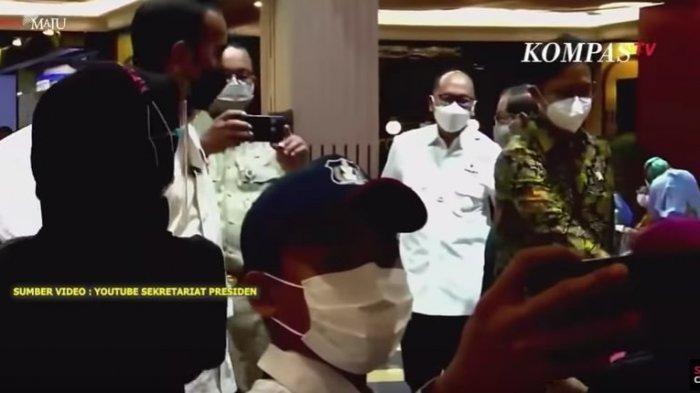 Aksi Anies Baswedan Jadi Fotografer Dadakan Jokowi saat Tinjau Vaksinasi Covid-19