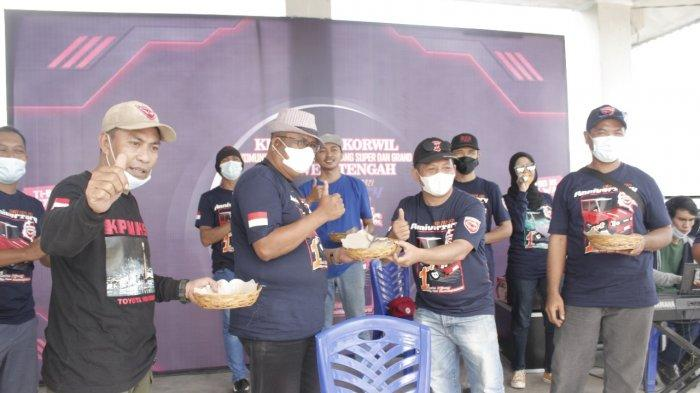 Anniversary Pertama, 94 Anggota KPMKSG Sulteng Potong Tumpeng di Pantai Taipa Palu