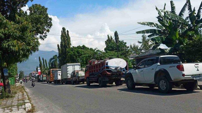 Hanya 1 Nosel yang Beroperasi, Puluhan Kendaraan Roda Empat Mengular di SPBU Jalan Pramuka