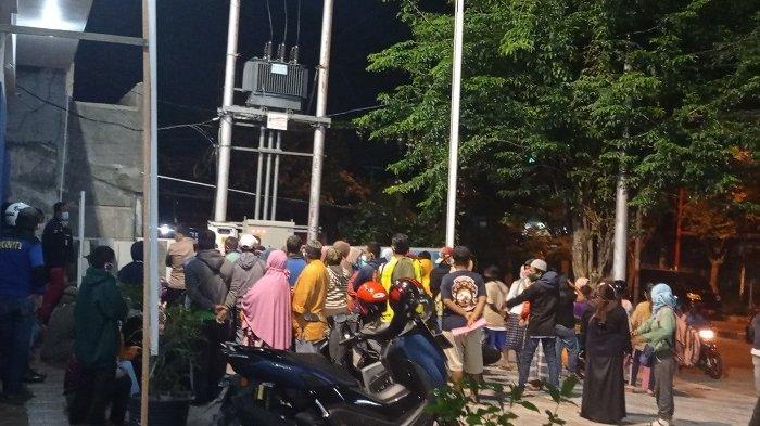 Puluhan warga rela antre sejak subuh demi pencairan BLT UMKM Rp 1,2 juta di BRI Cabang Palu Jl Moh Hatta, Kelurahan Lolu Utara, Kecamatan Palu Selatan, Kota Palu, Kamis (22/4/2021) pukul 05.00 Wita