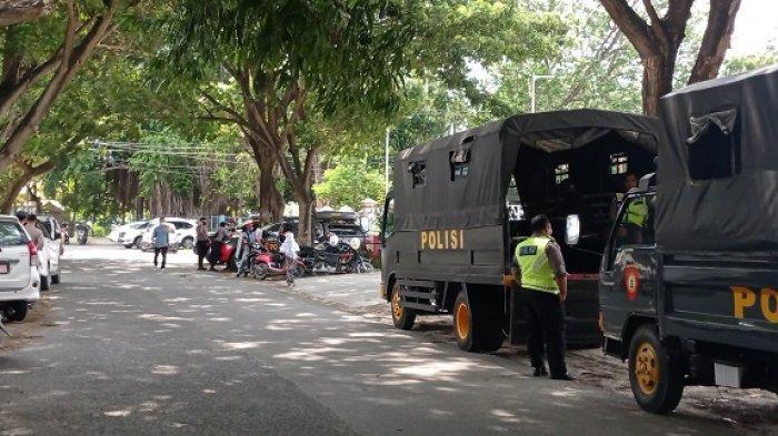 Aparat keamanan siaga di sekitar lokasi pelantikan kepala daerah terpilih di Gedung Jodjokodi Convention Center (JCC) Jl Moh Yamin, Kota Palu, Jumat (26/2/2021) siang.
