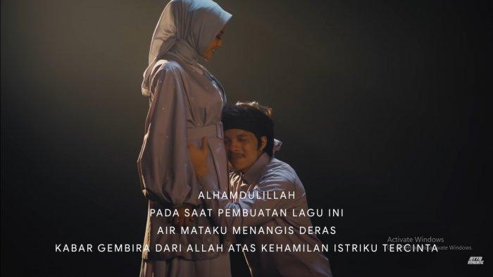 Atta Halilintar dan Aurel Hermansyah di video klip Lagu Takbir