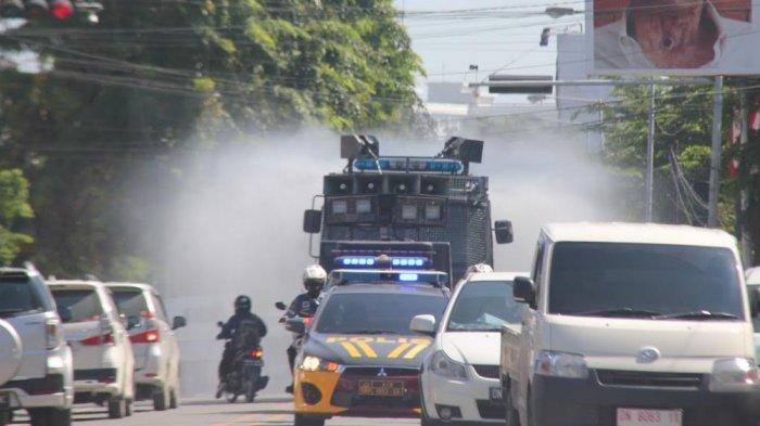Polres Palu Kerahkan 2 Unit AWC Semprotkan Cairan Disinfektan ke Penjuru Kota