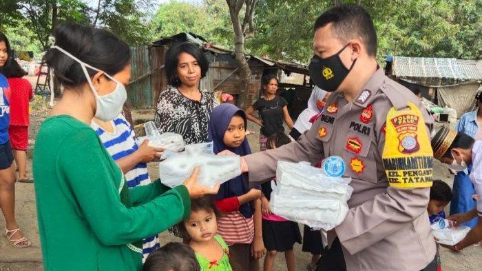 Ramadan ke 17, Babinkamtibmas dan Babinsa Berbagi Nasi Kotak di Pengawu Palu