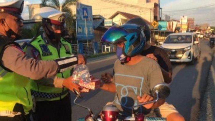 Tak Hanya Mengatur Lalu Lintas, Polisi di Touna Juga Bagikan Takjil Gratis untuk Pengguna Jalan