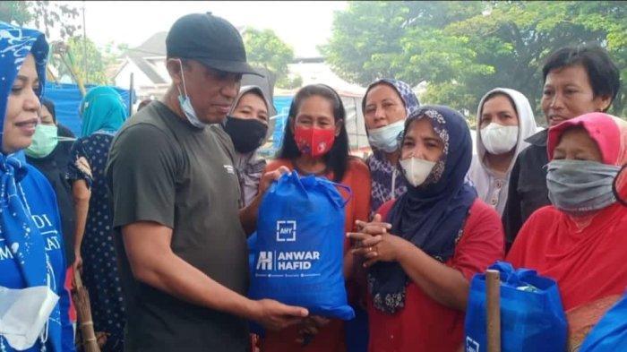 Partai Demokrat Sulteng Bagikan Sembako ke Warga Kota Palu