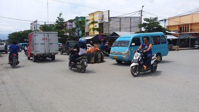 Ban yang dijadikan sebagai sarana pengatur lalu lintas di perempatan pasar Sentral Impres Manonda