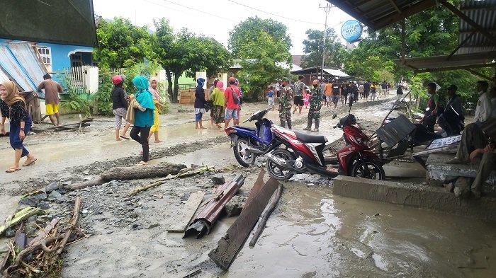 Warga terdampak banjir bandang di Desa Beka, Kecamatan Marawola, Kabupaten Sigi mengungsi ke Pasar Dolo