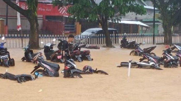 Hujan Deras, Banjir Rendam Puluhan Kendaraan di Tolitoli