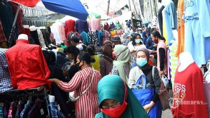 ILUSTRASI -- Warga berbelanja pakaian yang dijual pedagang kaki lima di atas trotoar Jalan Jati Baru Raya, Tanah Abang, Jakarta, Senin (18/5/2020). Meski kawasan niaga Pasar Tanah Abang telah tutup selama masa Pembatasan Sosial Berskala Besar (PSBB), namun sebagian oknum pedagang tetap menggelar lapaknya di sejumlah titik seperti di atas trotoar dan di gang perkampungan setempat.