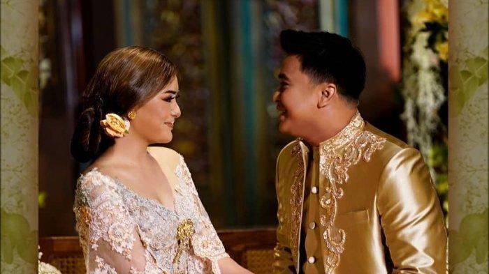 Potret Billy Syahputra dan Amanda Manopo mengenakan baju pengantin.