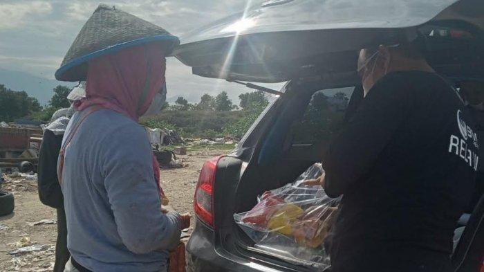 BMC Peduli Bagikan Sembako di TPA Kawatuna Palu
