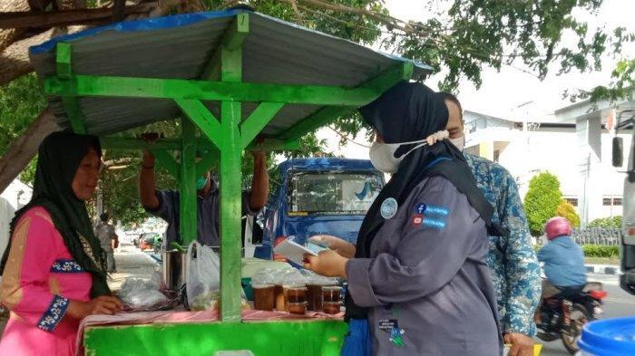 Balai Pengawas Obat dan Makanan (BPOM) Kota Palu mengambil sample jajanan dan makanan di Kota Palu, Kamis (6/5/2021) sore.