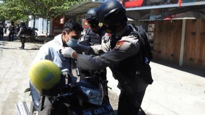 Razia, Brimob Polda Sulteng Bagikan Masker Gratis di Jalan