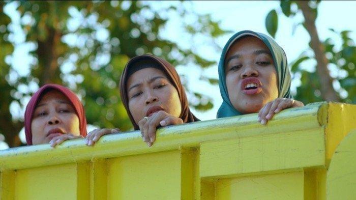Potongan adegan film Tilik yang menampilkan Bu Tejo. Sosok yang diperankan Siti Fauziah, si nyinyir yang hobinya bergosip dalam Film Tilik viral.
