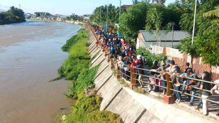 Proses Penyelamatan Buaya Berkalung Ban di Sungai Palu Jadi Tontonan Ratusan Warga