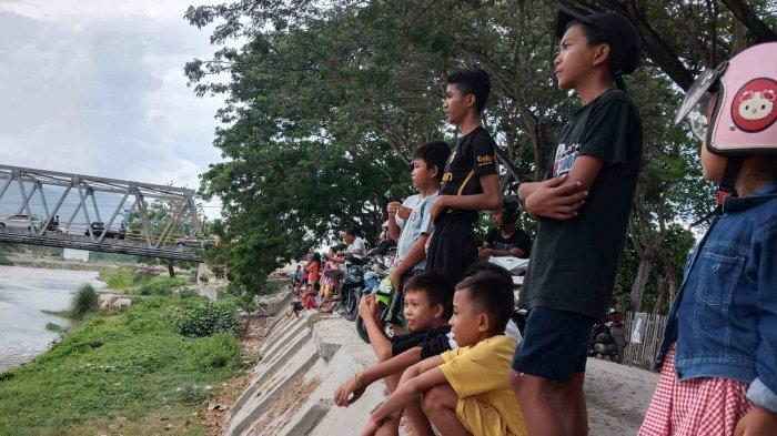 Meski Bukan Buaya Berkalung Ban, Warga Ramai-ramai Melihat Kemunculan 2 Buaya di Sungai Palu