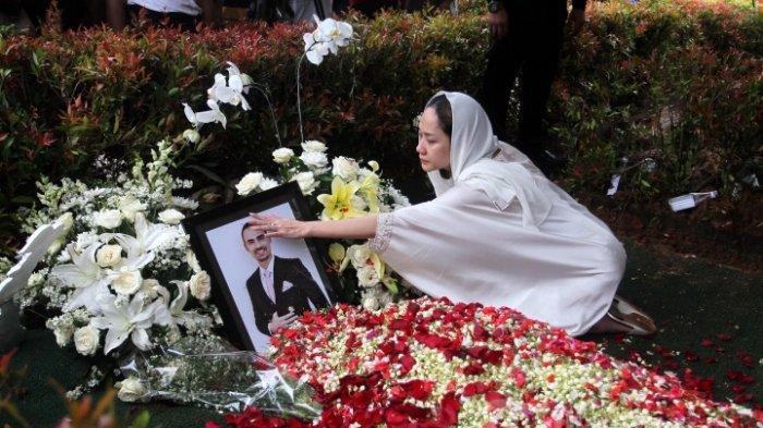 Hari Ke-7 Kematian Sang Suami, BCL Sambangi Pusara Ashraf Bersama Noah dan Keluarga, Masih Berduka