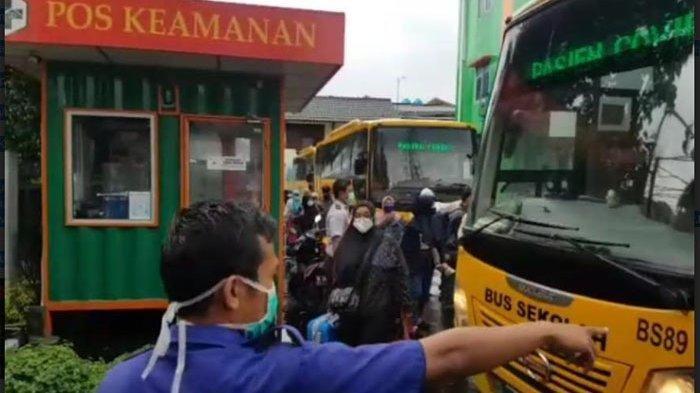 Video yang menunjukkan bus sekolah mengangkut 72 pasien Covid-19 yang dirujuk ke RS Darurat Covid-19 Wisma Atlet Kemayoran beredar di media sosial (medsos).