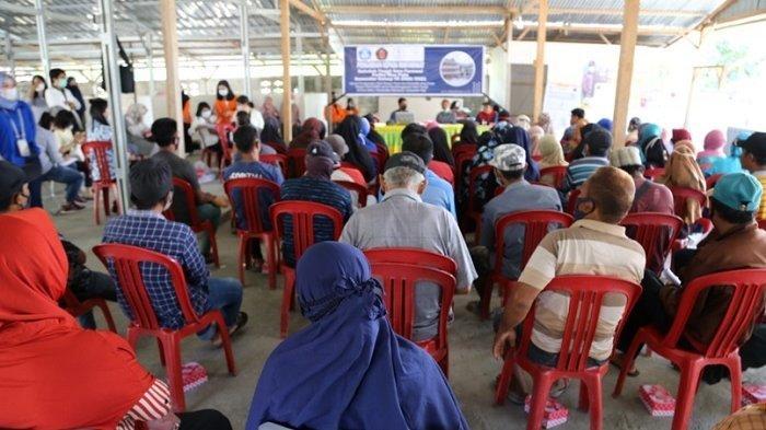 Masyarakat Desa Beka, Kabupaten Sigi mengikuti sosialisasi penggunaan obat diare yang diadakan seluruh Dosen STIFA Pelita Mas Palu bersama beberapa staf dan mahasiswa.