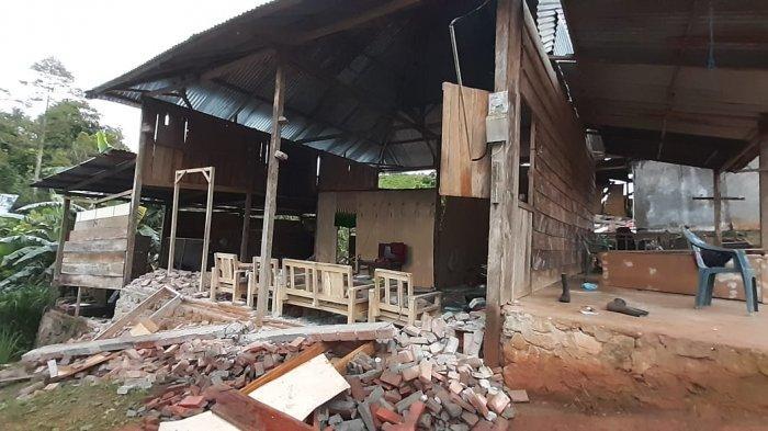Warga Desa Kabiraan, Kecamatan Ulumanda, Kabupaten Majene, Sulawesi Barat, membutuhkan tenda dan listrik.